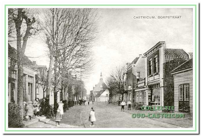 8790574f454 Doorkijk Dorpsstraat in 1921. Rechts zien we achtereenvolgens een stukje  van de werkplaats van Schram
