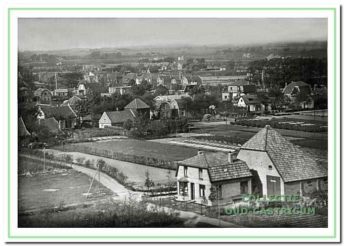 Een beeld van de buurt de Duinkant ten westen van de spoorlijn. Voor de Tweede Wereldoorlog stonden er zo'n 50 woningen en boerderijen. Op de voorgrond de in 1925 gebouwde boerderij van de familie Stuifbergen. De boerderij stond aan het Onderlangs: een pad dat op de Kramersweg uitkwam.