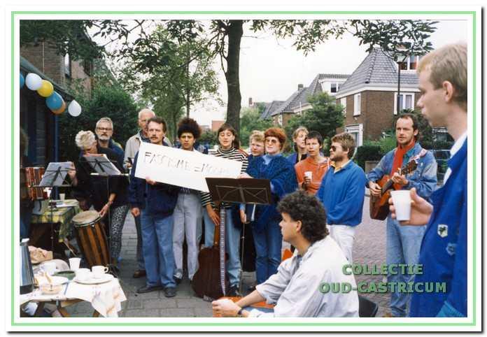 Een protest bijeenkomst in 1975 met muziek van De Straatklinkers.