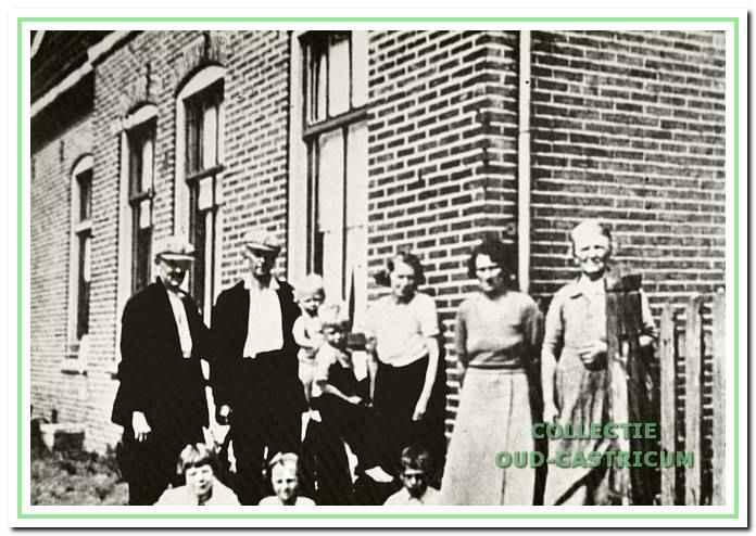 Bewoners van de ziekenbarak omstreeks 1933. V.l.n.r. staande Antoon de Ruijter, Gerrit Veenstra, Joop en Jan de Ruijter, Jo Veenstra-De Vries, onbekende badgast en Nel de Vries-Olbers.