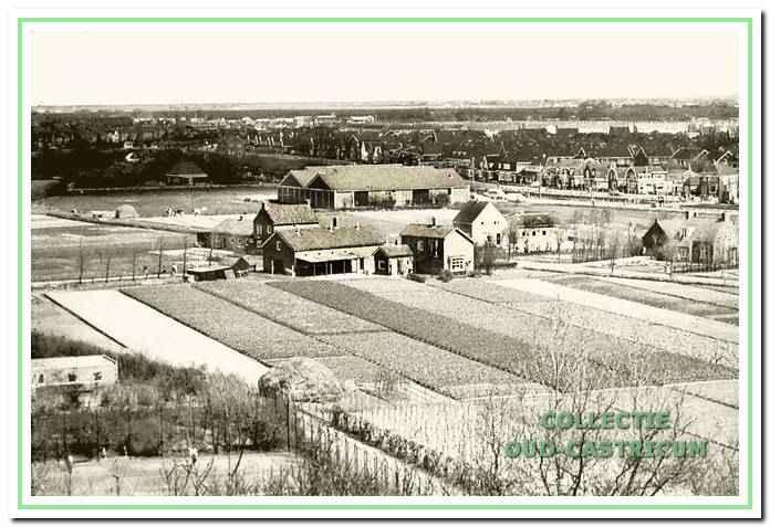 Een beeld van de Zanderij in de jaren zestig. Op de voorgrond de eerste tennisbanen, thans deel van de begraafplaats, de Kramersweg en nog iets verder het veilinggebouw, waar ooit het Slingerpad en het Radiopad liepen.