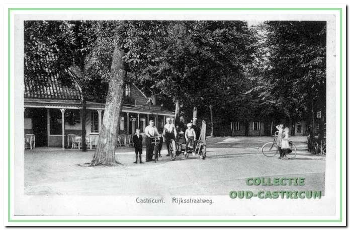 Circa 1937: Bondshotel.