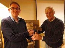 Waarnemend voorzitter Gerard Veldt overhandigt Peter van Eerden de voorzittershamer.