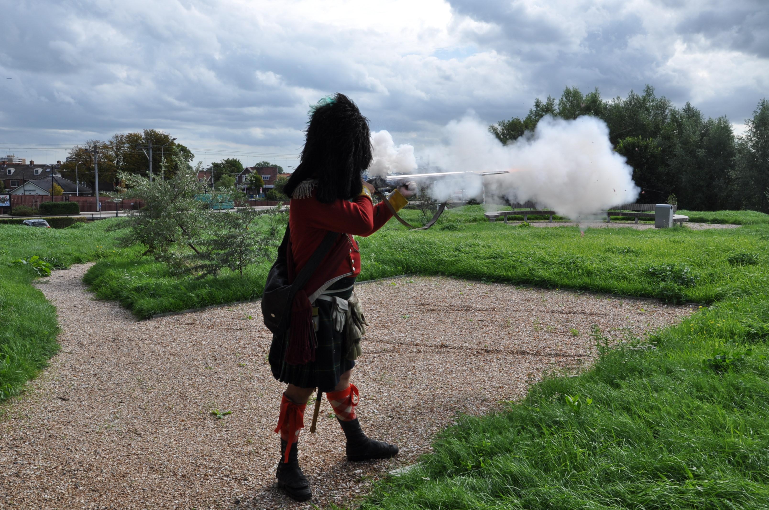 Salvo met de musket door een lid van het regiment Gordon Highlanders.