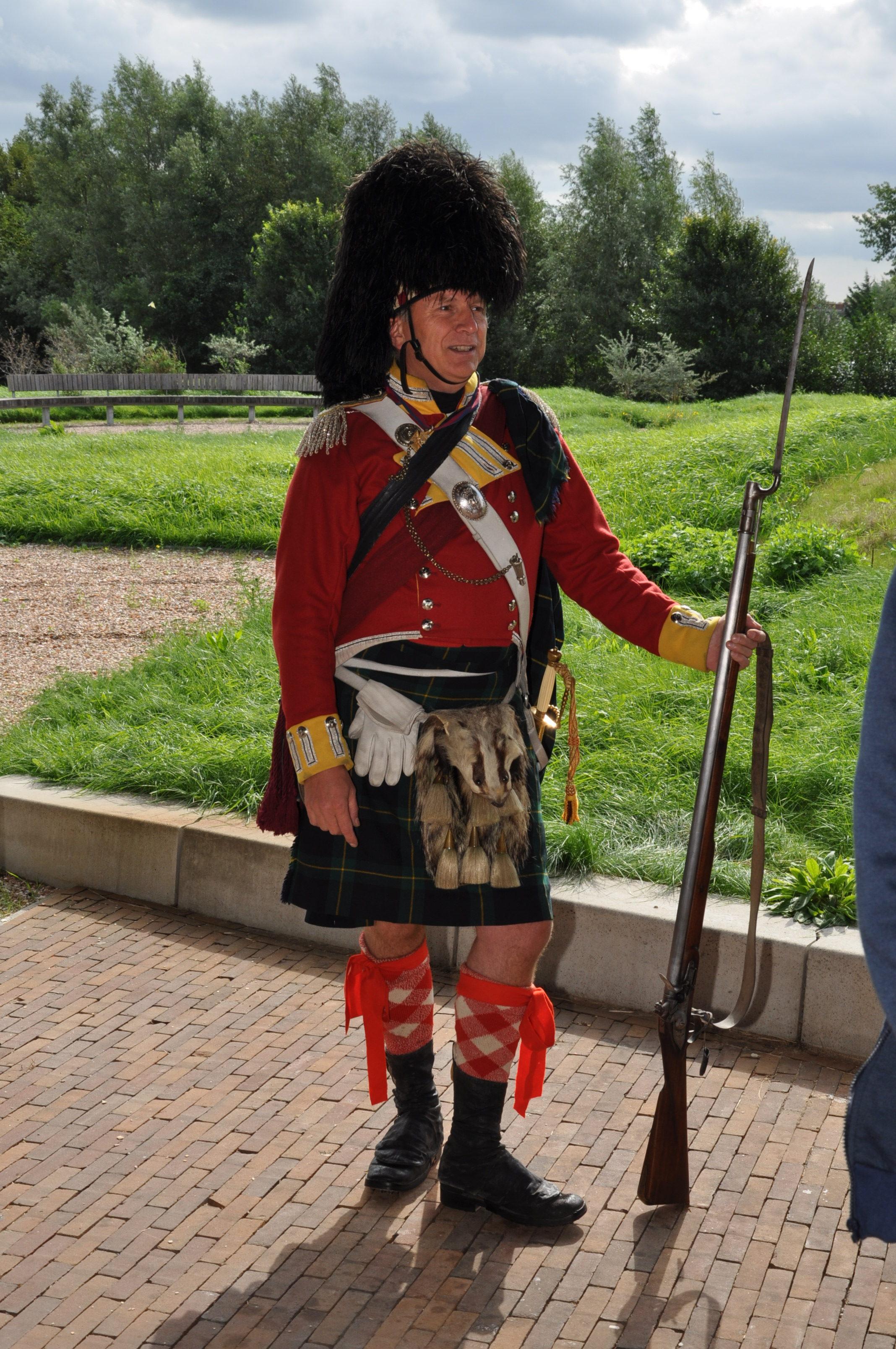 De Franse musketier Martin Blom lid van de re-enactmentgroep legt de werking van het musket uit.